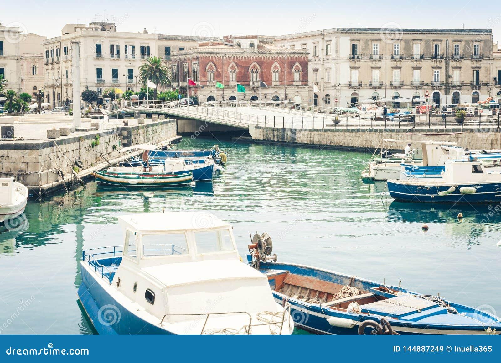 Barcos de vela e barcos de prazer no porto velho, frente marítima da ilha de Ortygia Ortigia em Siracusa Siracusa, Sicília, It