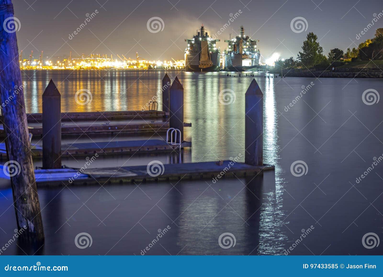 Barcos del parque de Ruston de los muelles en el estado de Washington los E.E.U.U.