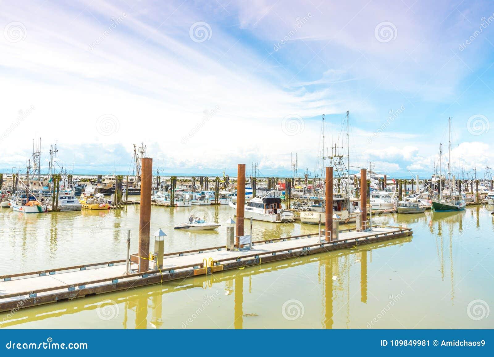Barcos e docas no cais do ` s do pescador de Steveston