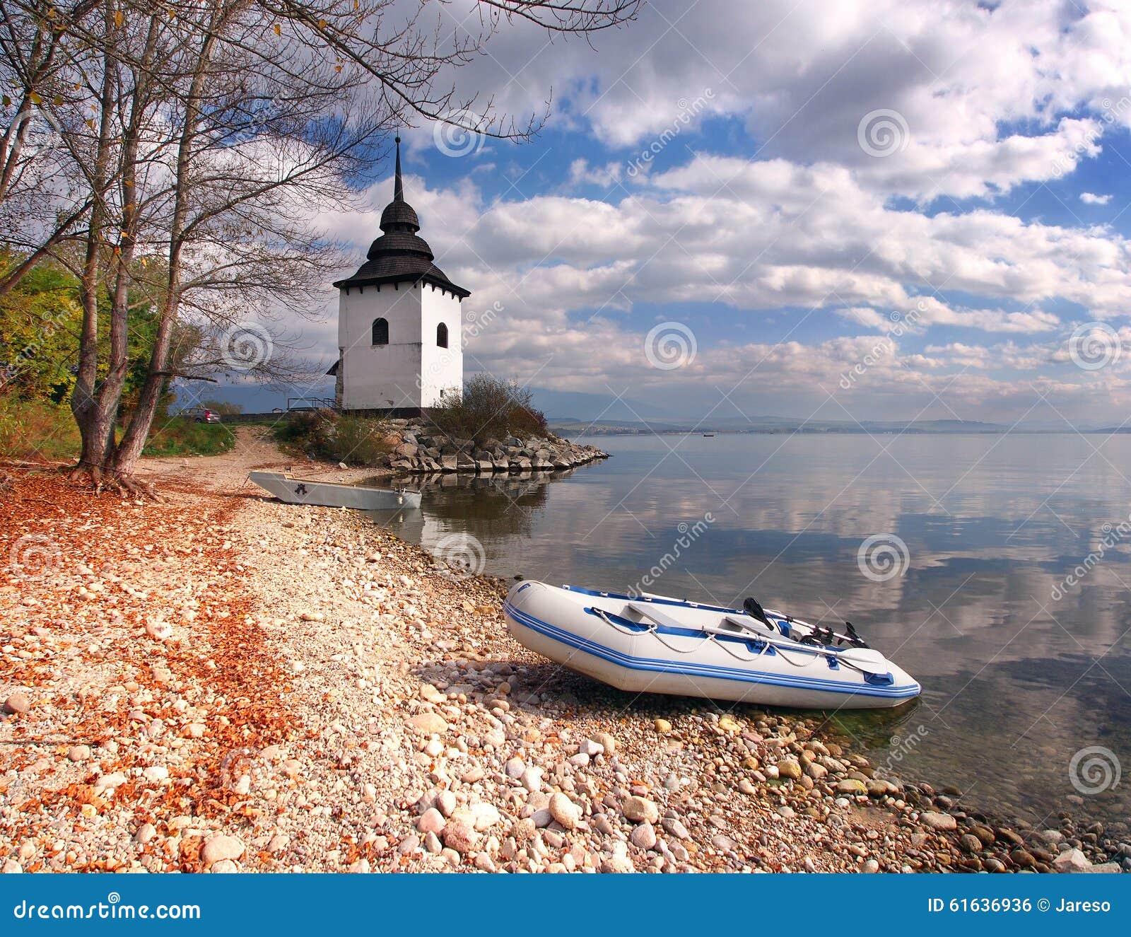 Barcos e torre em Liptovska Mara, Eslováquia