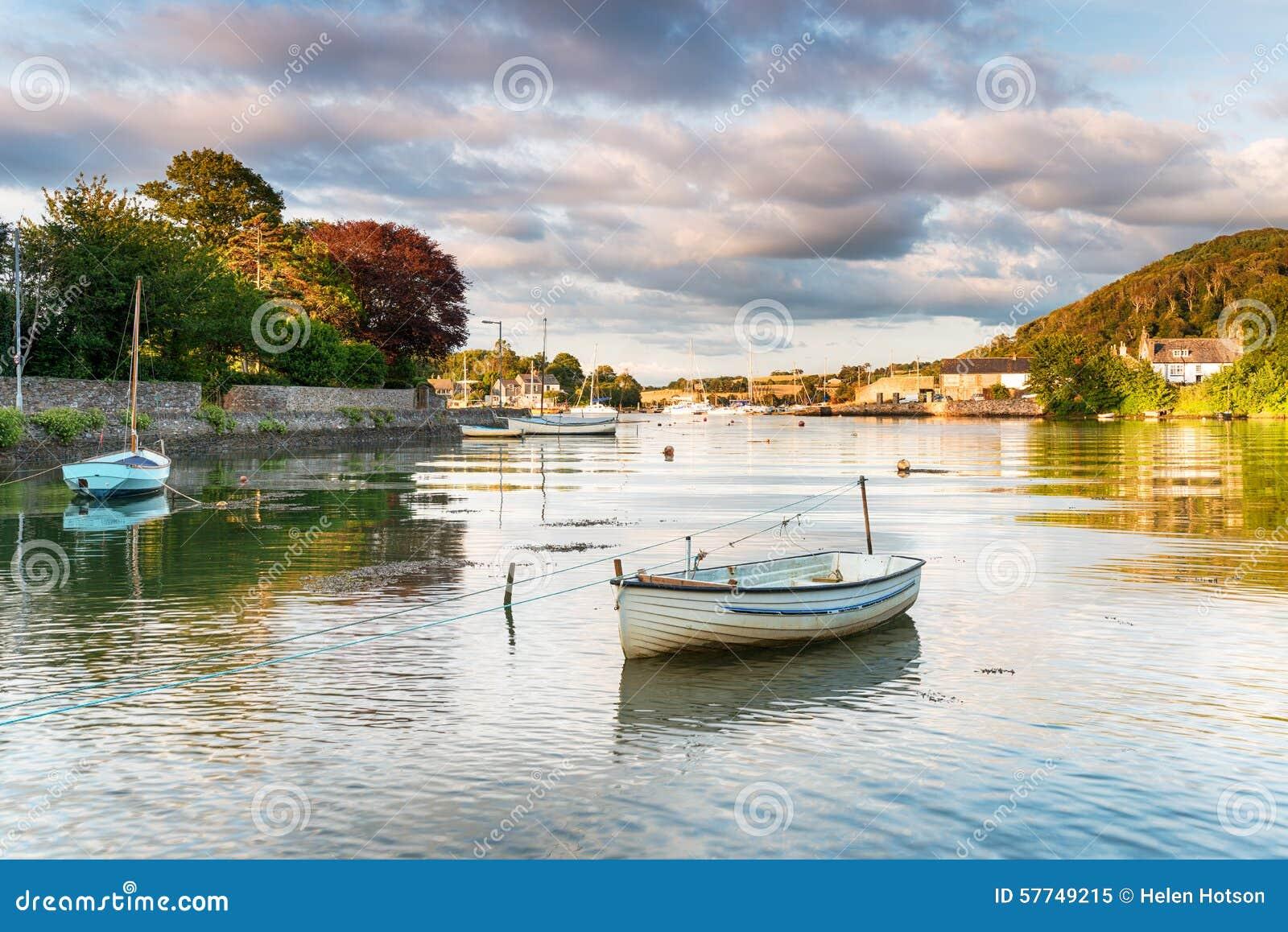 Barcos em Millbrook em Cornualha