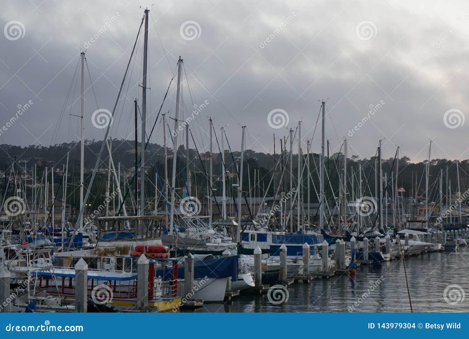 Barcos em um porto em um dia nebuloso