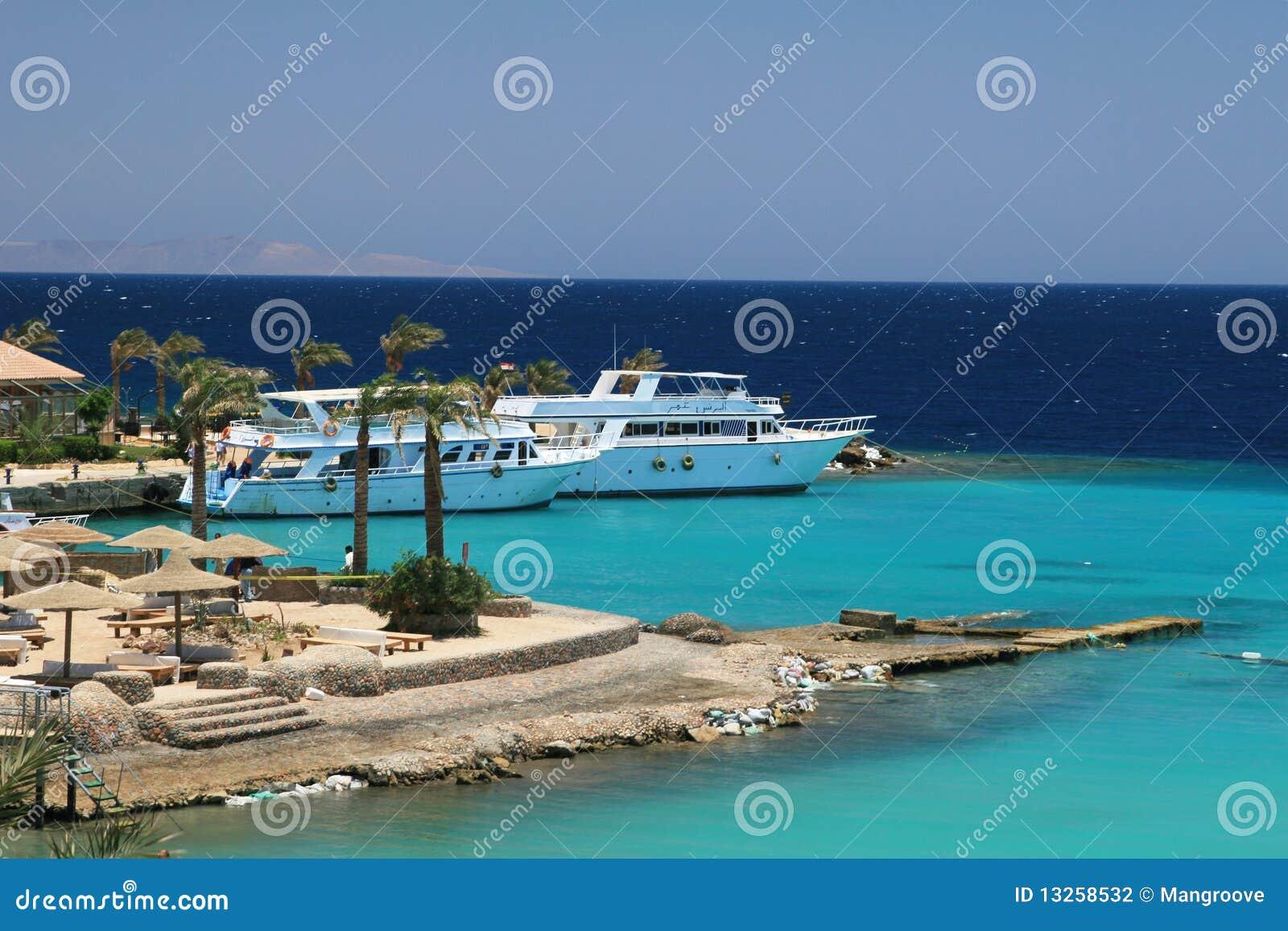 Barcos em uma lagoa