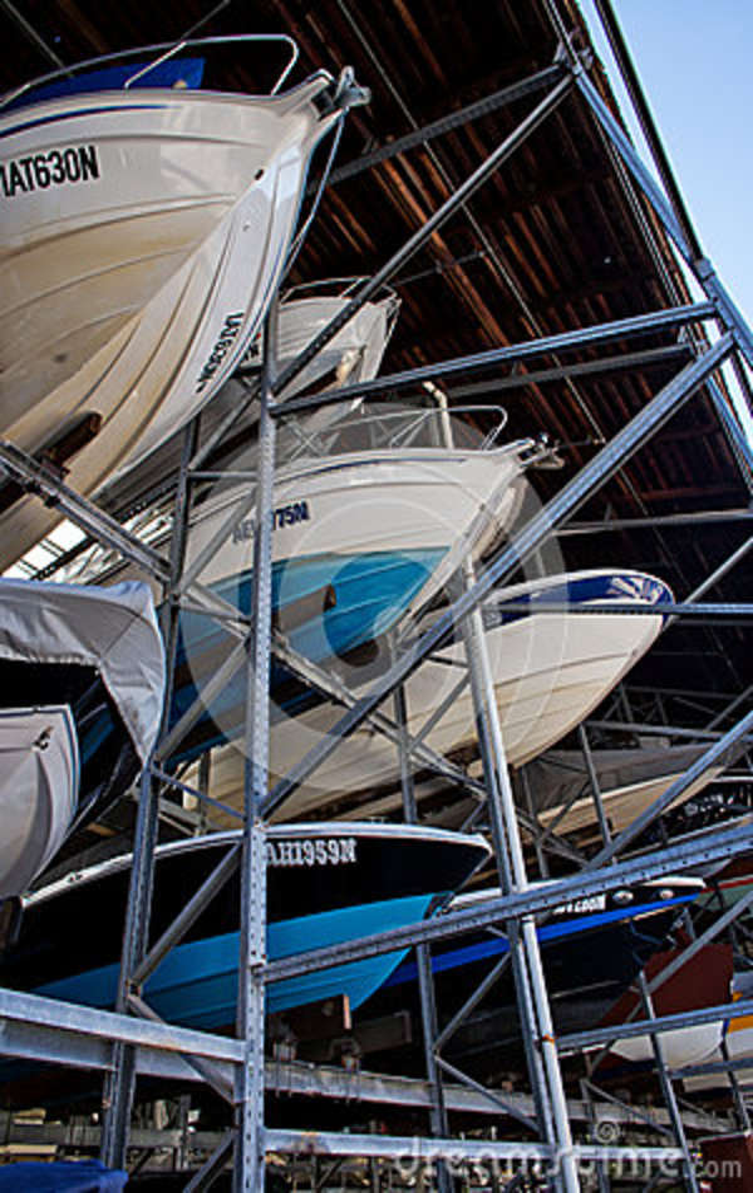 Barcos en almacenamiento de estante