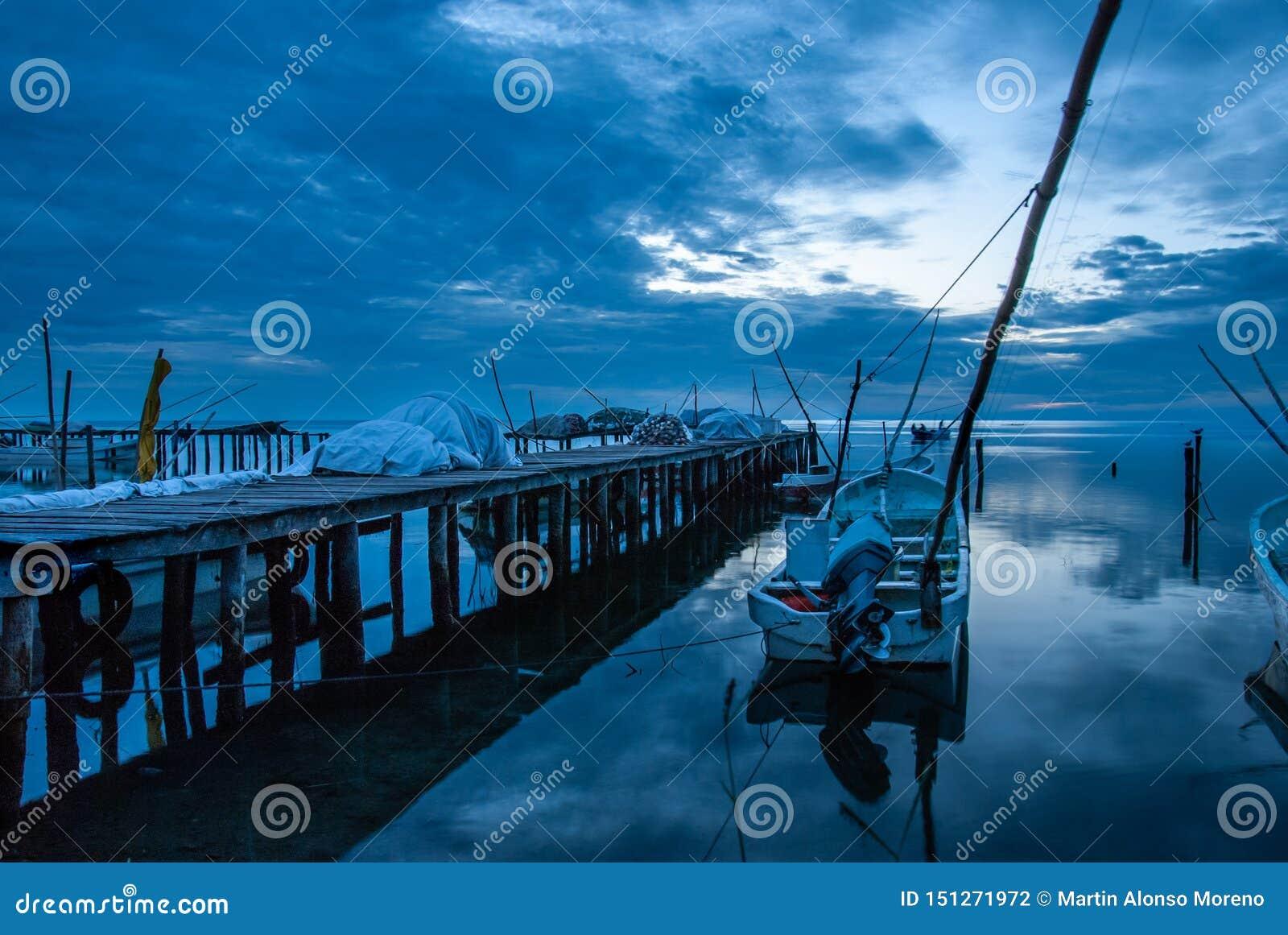 Barcos en el muelle y la puesta del sol azul en Campeche México