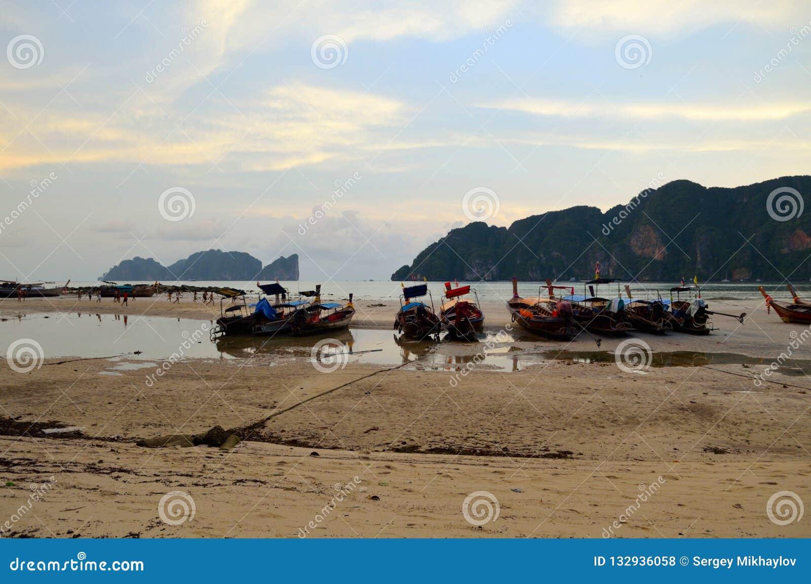 Barcos en la arena durante la bajamar