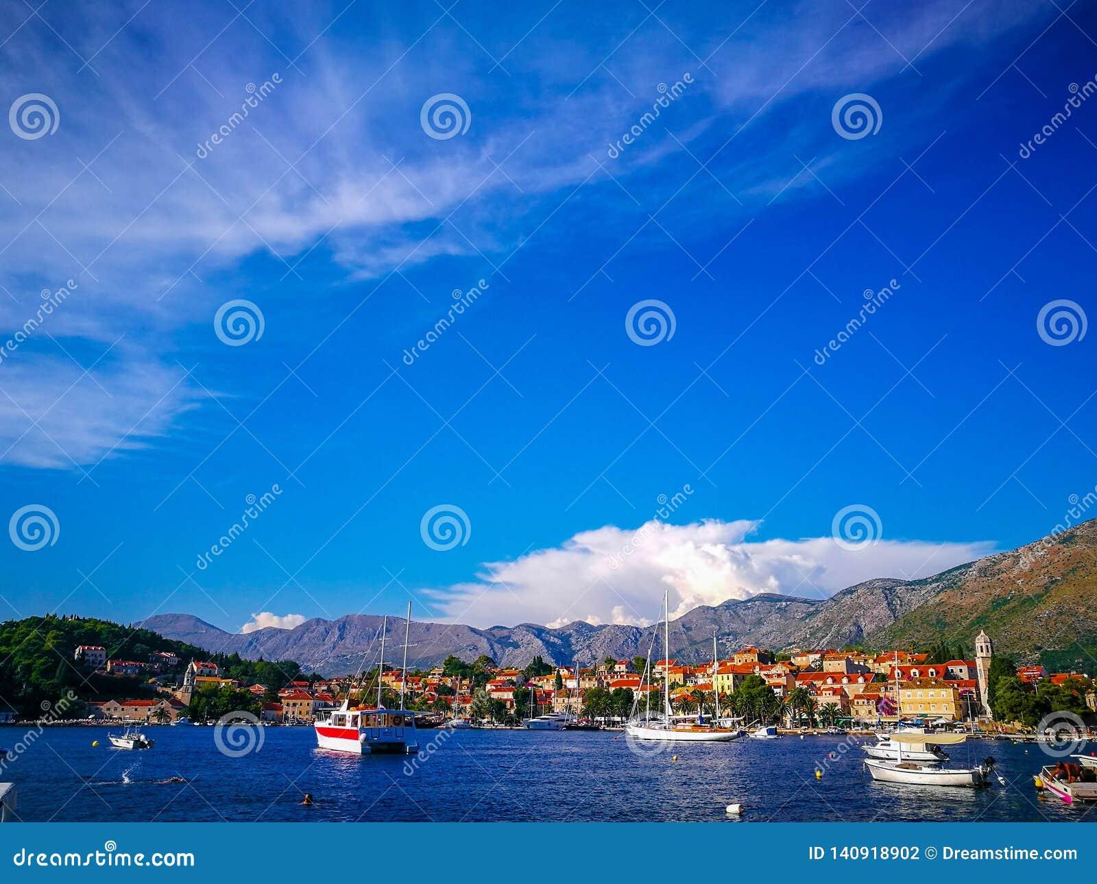 Barcos en la costa croata, Cavtat, Croacia