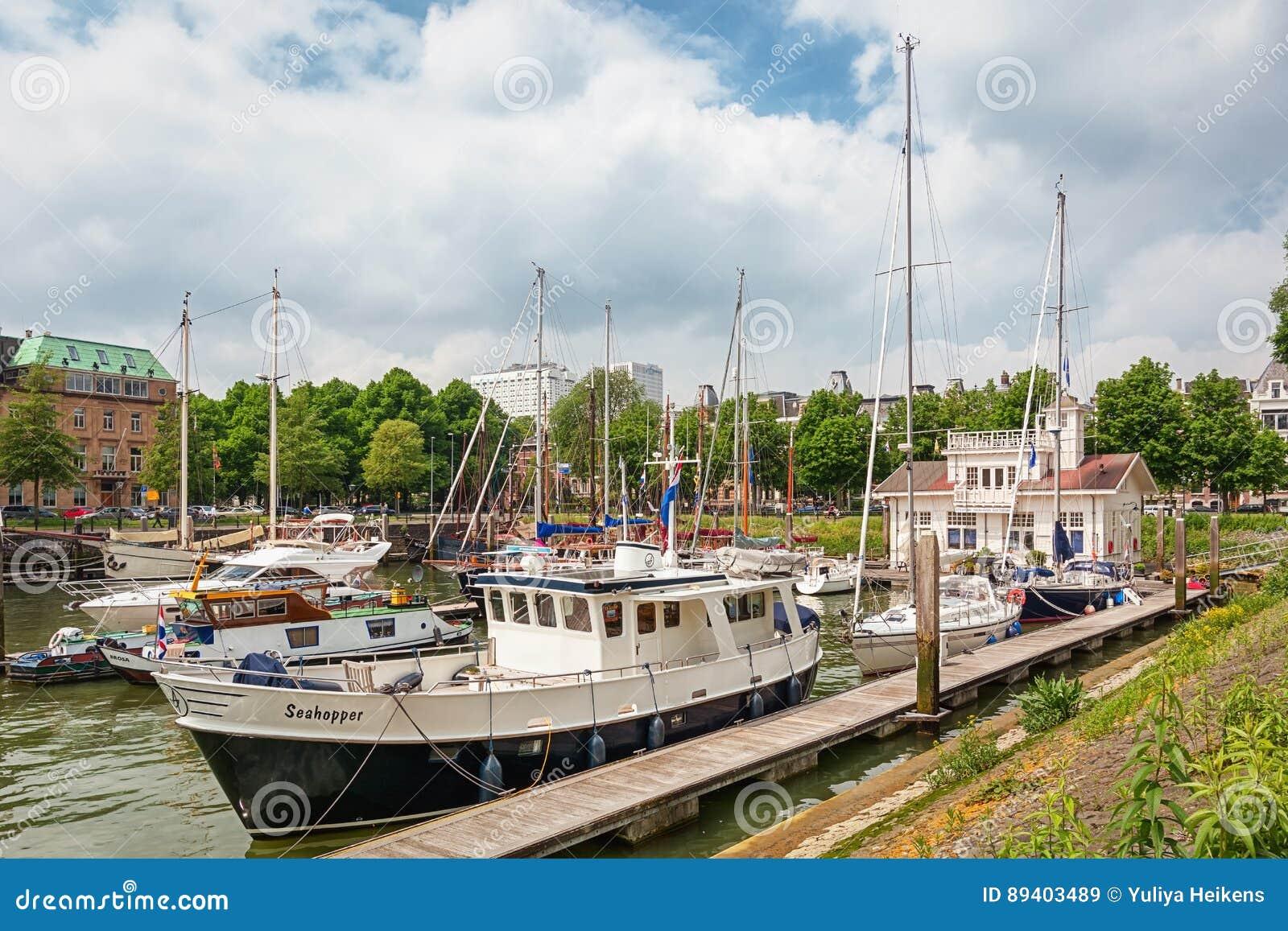 Barcos entrados em um porto em Rotterdam