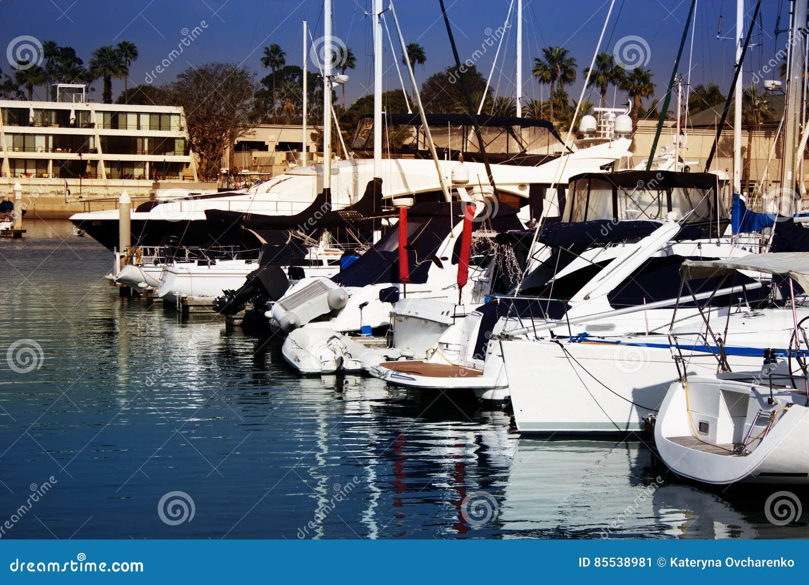 Barcos na água em Marina Del Ray em Califórnia do sul