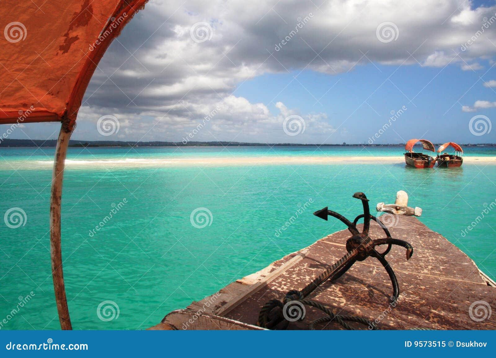 Barcos no banco ensolarado da areia