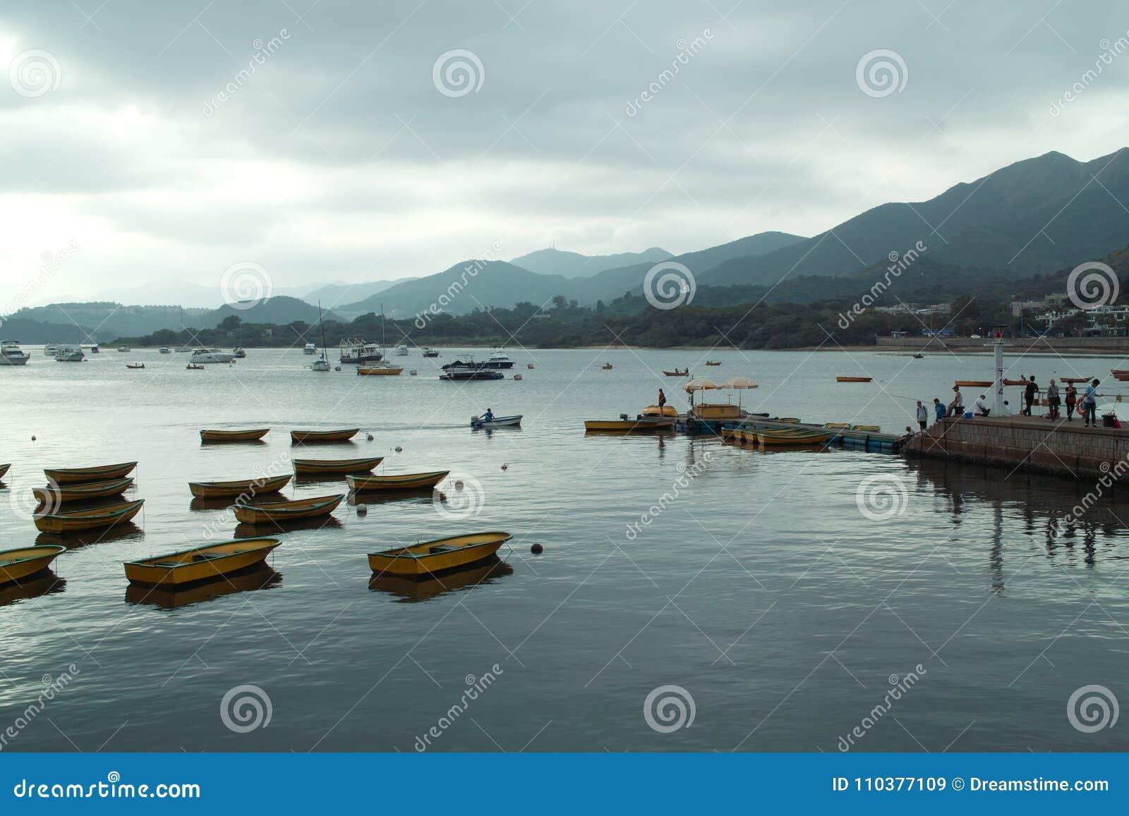 Barcos no beira-mar