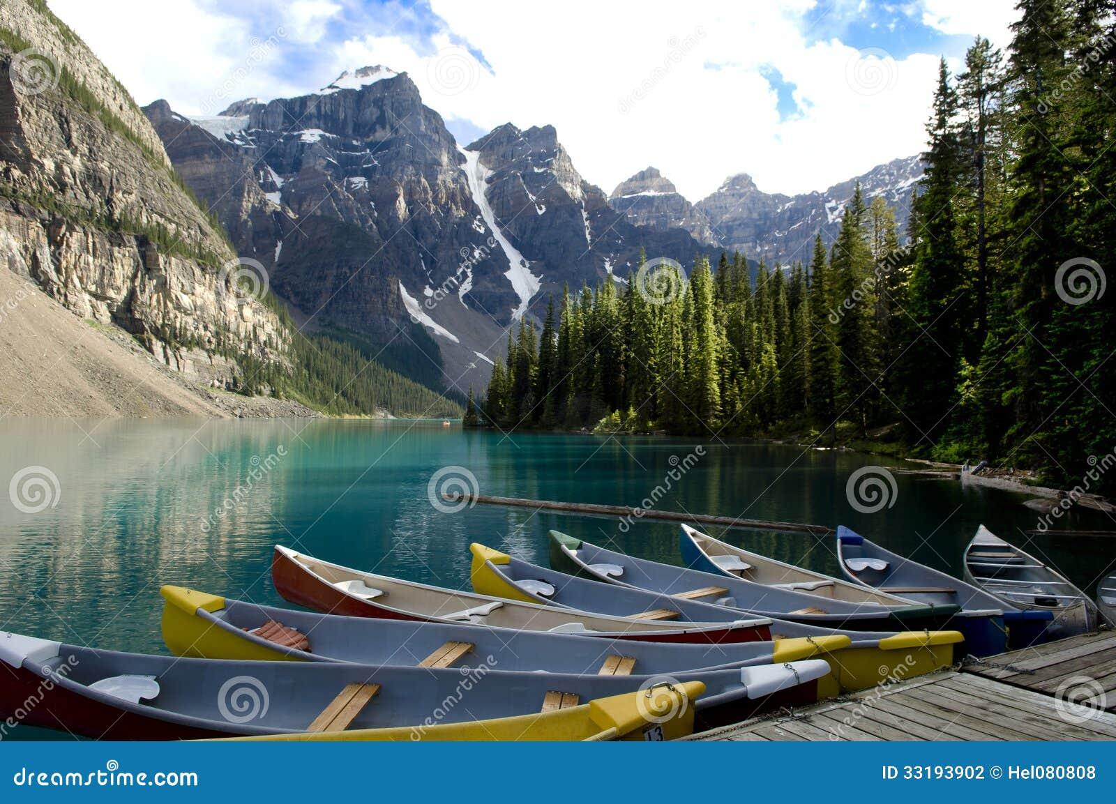 Barcos no lago moraine, Canadá