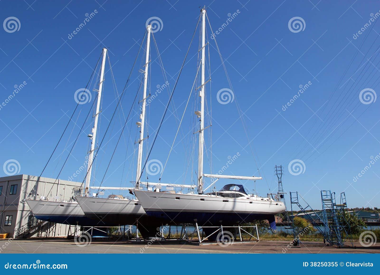 Barcos ou iate para a venda em uma jarda do barco.