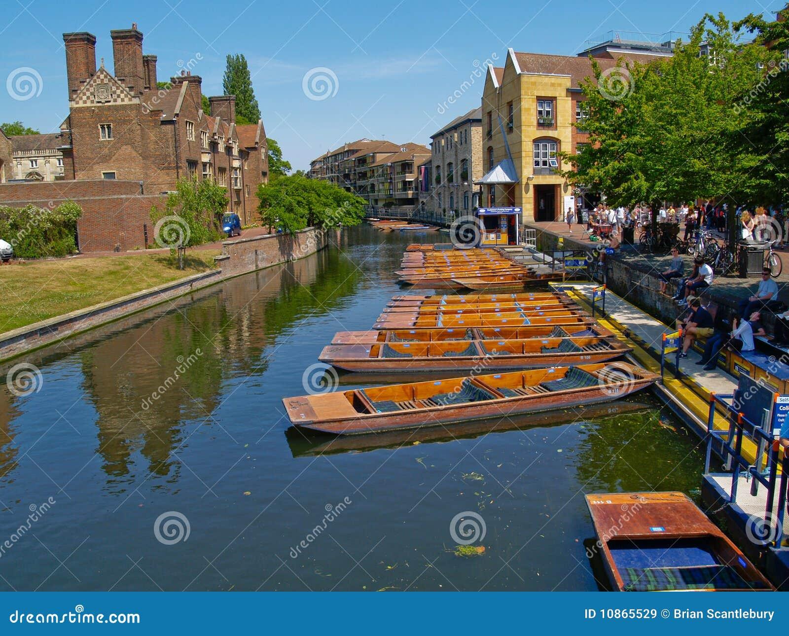 Barcos, pontapé no rio em Cambridge, Reino Unido