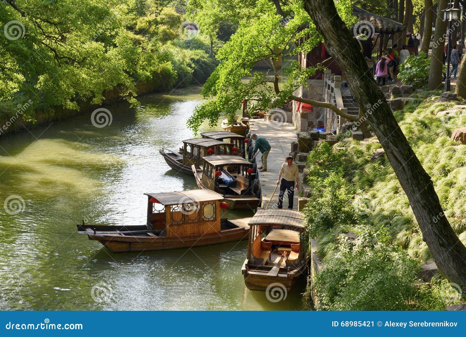 Barcos que caminan en el amarre en Sudzhou