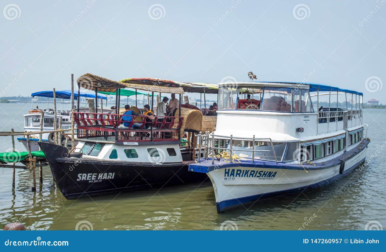 Barcos que descansam no lago no kochin marinho da movimentação