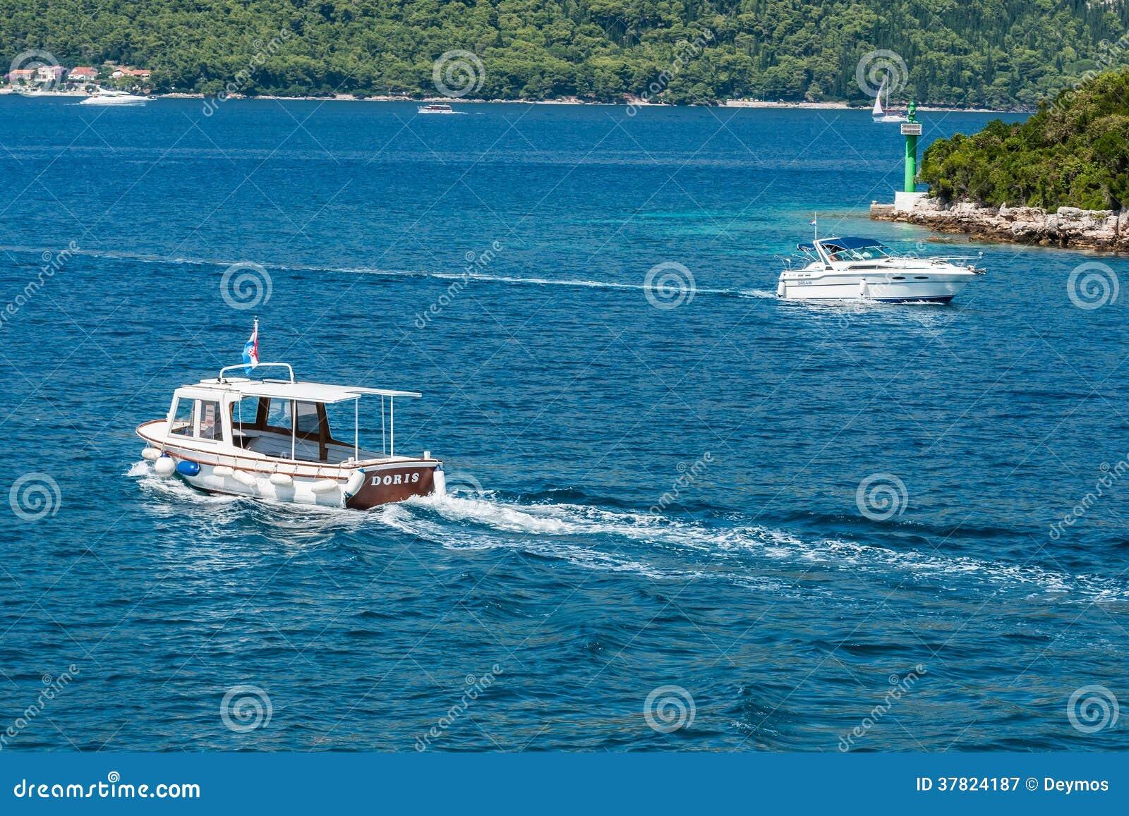 Barcos que navegam no mar de adriático na Croácia