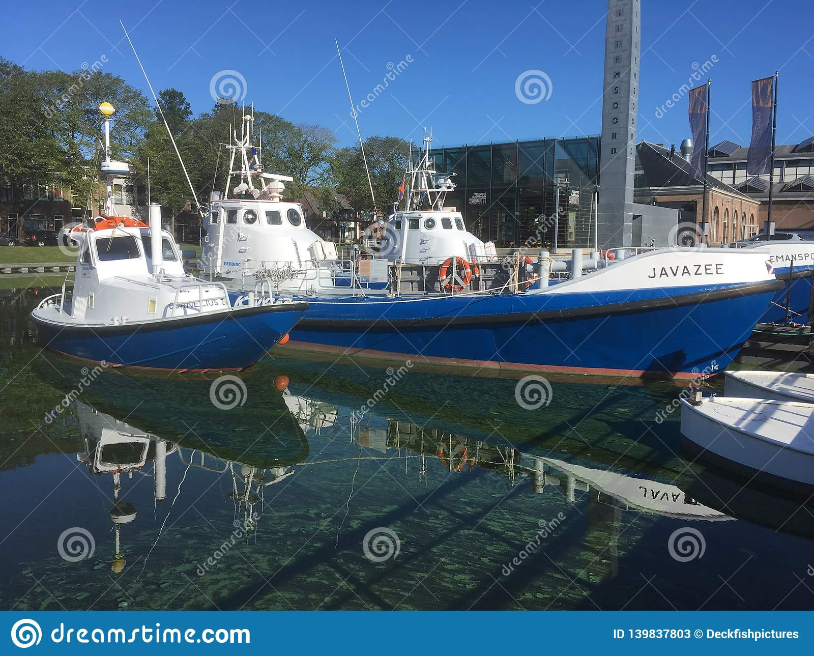 Barcos salva-vidas, refelect na água