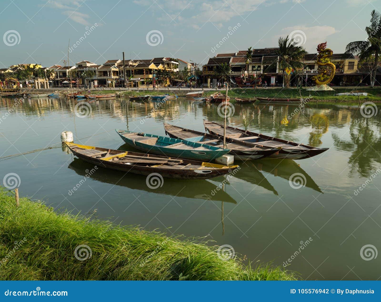 Barcos tradicionais de Vietnam, cidade de Hoi An, Vietname
