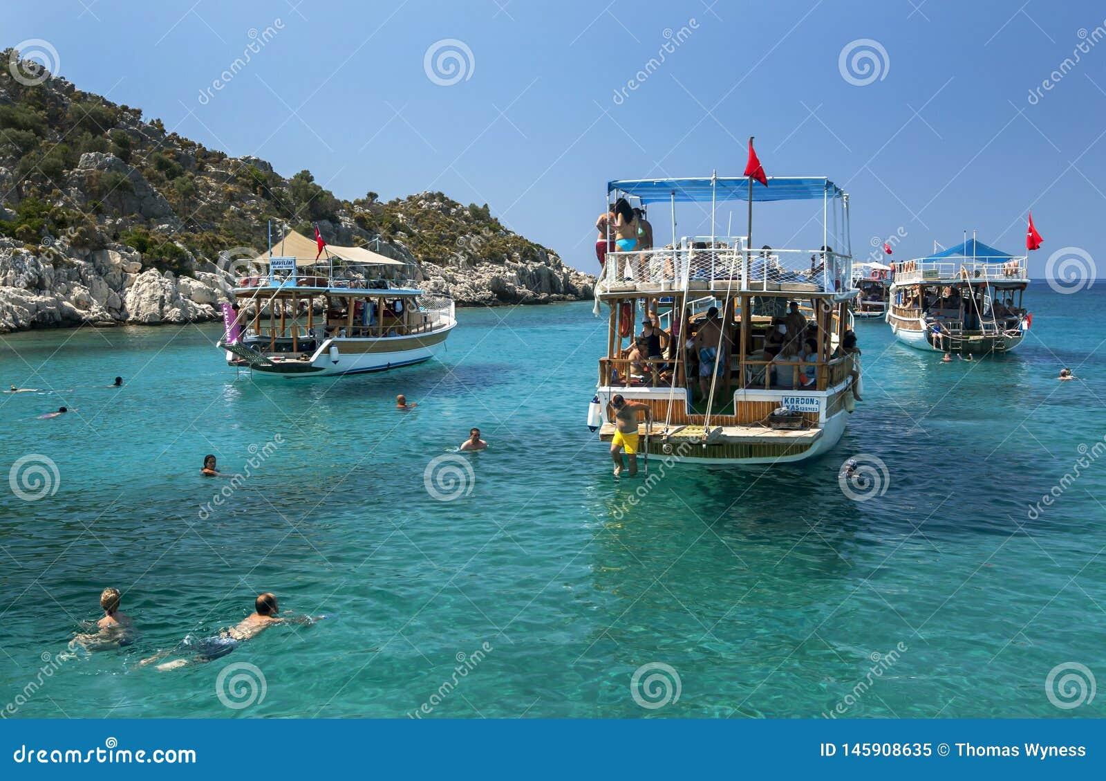 Barcos tur?sticos de la traves?a anclados adyacente a la ciudad hundida de Simena