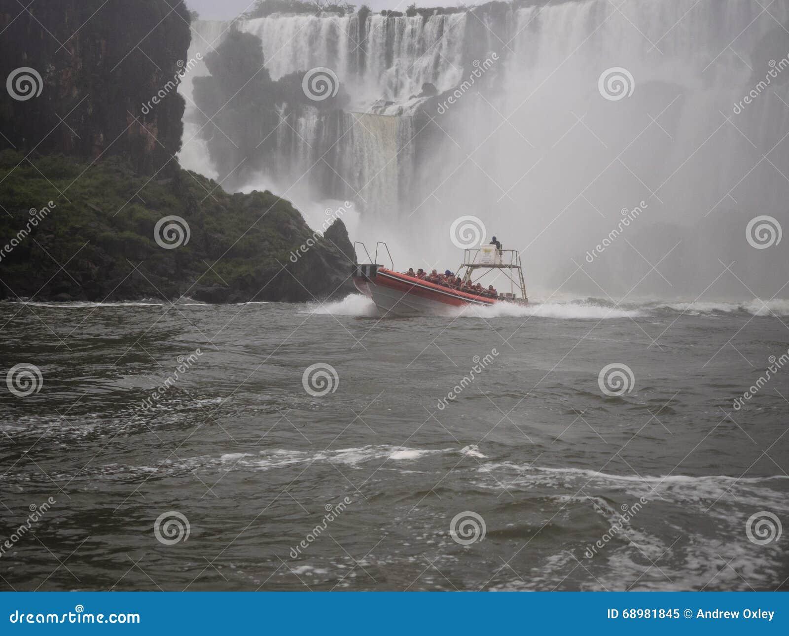 Barcos turísticos en la cascada de Iguazu en la Argentina