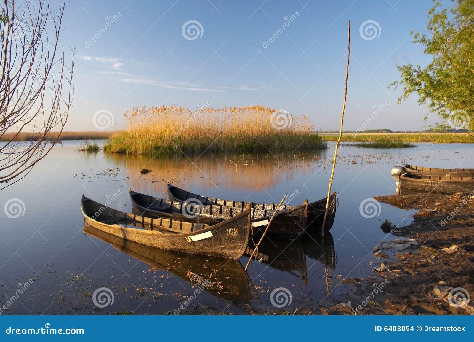 Barcos velhos no delta de Danúbio
