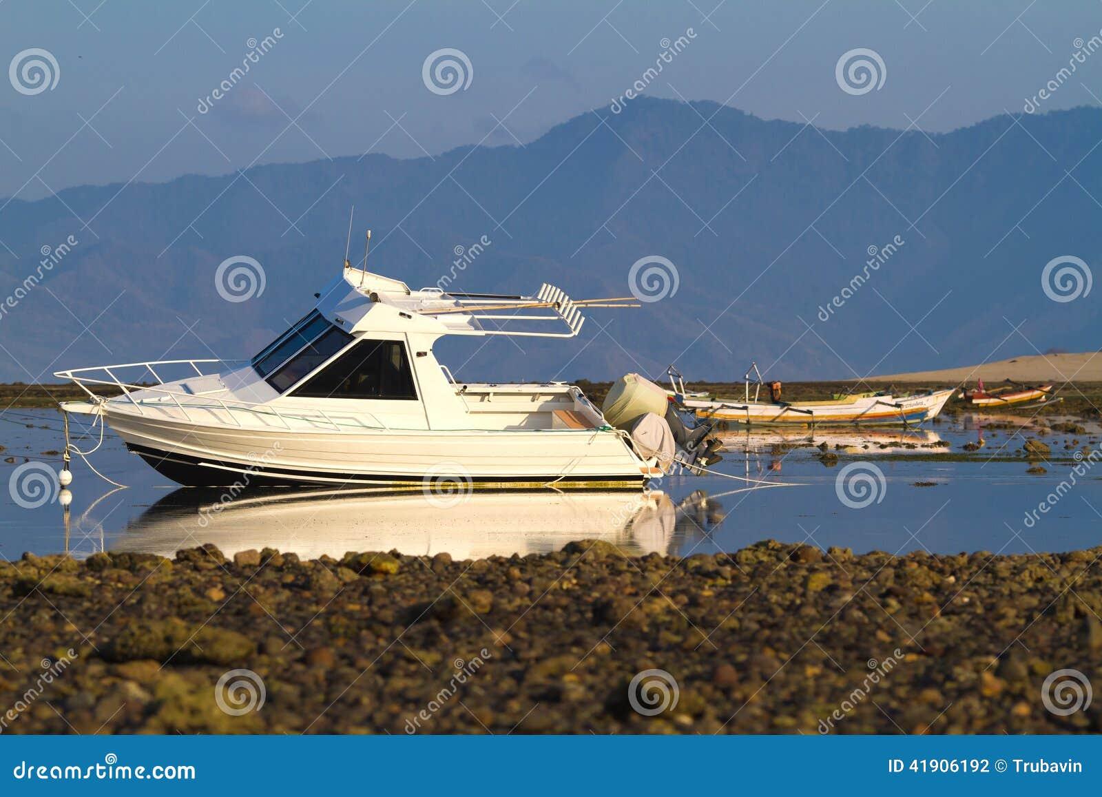 Barcos viejos en los bajos