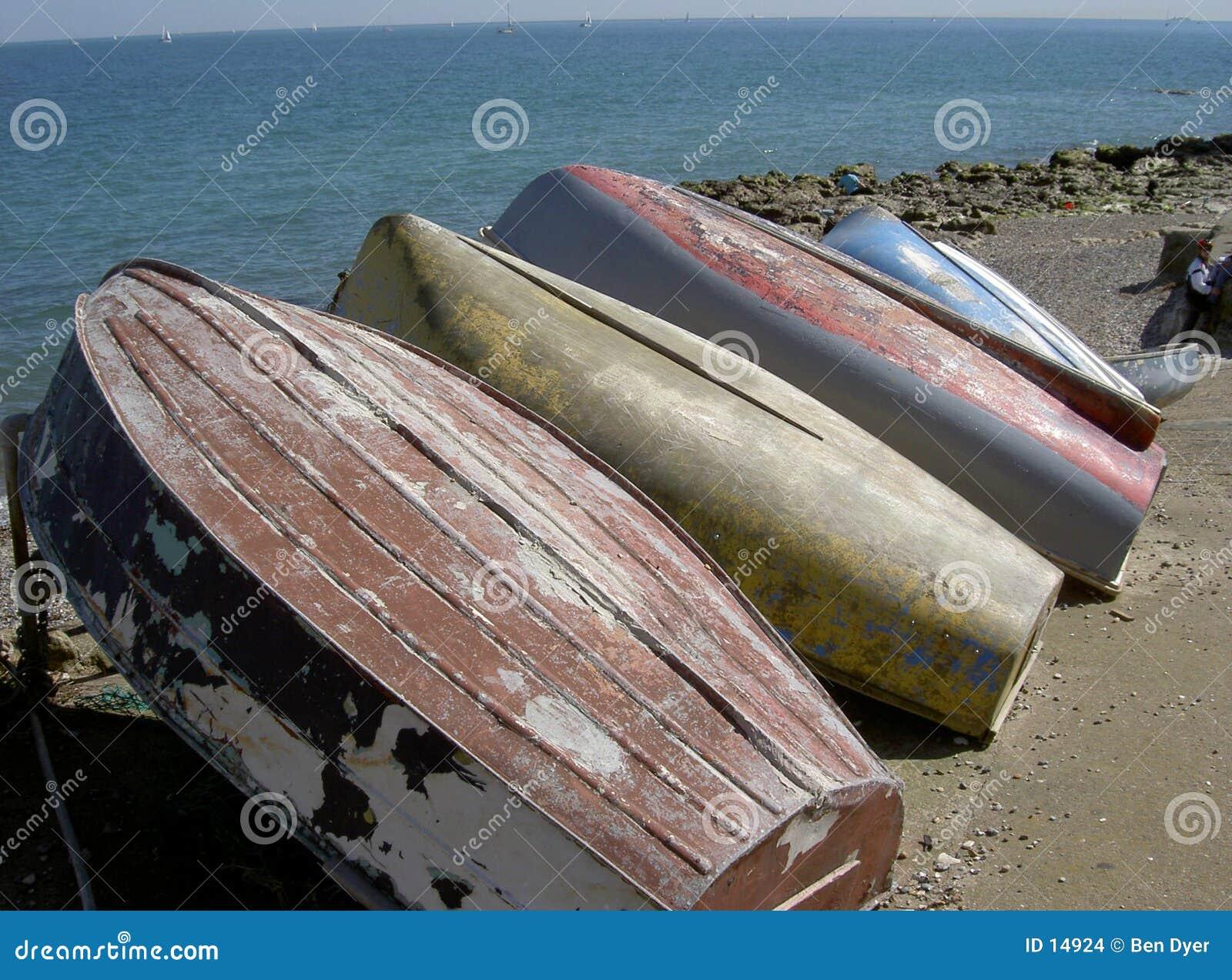 Barcos vueltos hacia arriba