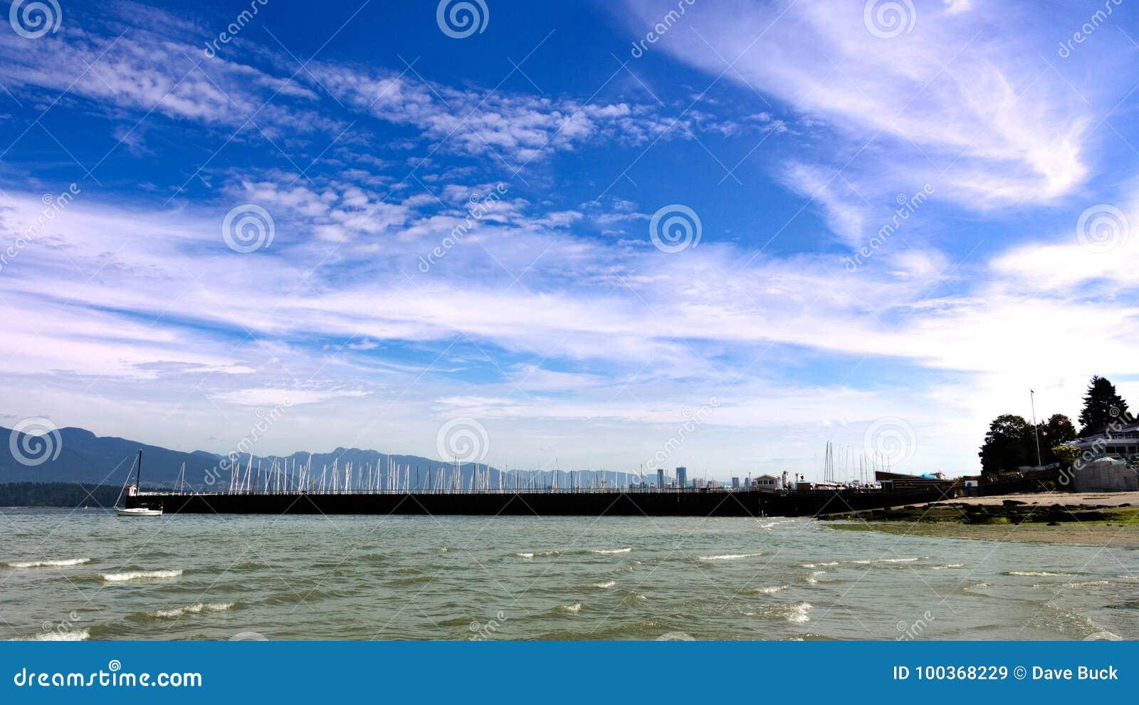 Barcos y nubes de Jericho Beach que miran en la ciudad