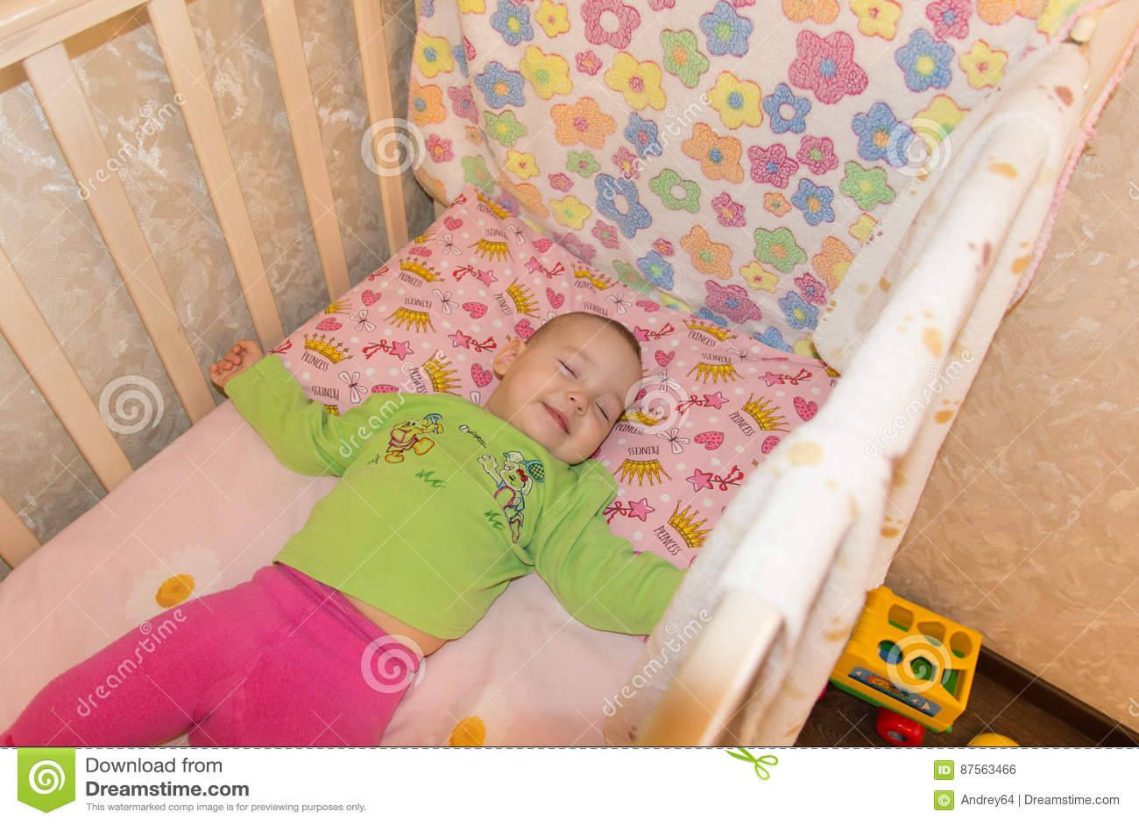 Bardzo ładny słodki dziecka dosypianie w ściąga