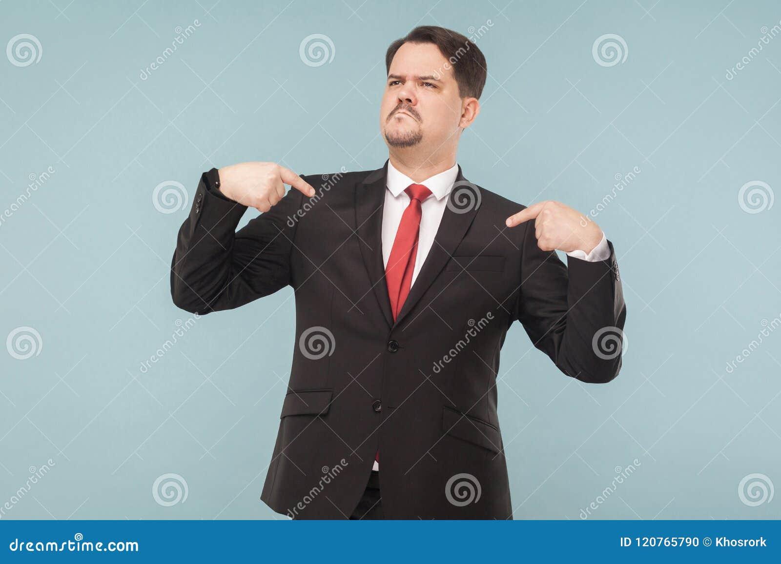 Bardzo dumny mężczyzna pokazuje jego przechwałki i palce
