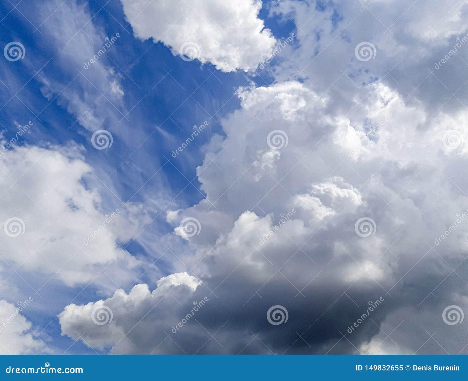 Bardzo piękny błękit chmurnieje, fotografia brać profesjonalistą z miłością