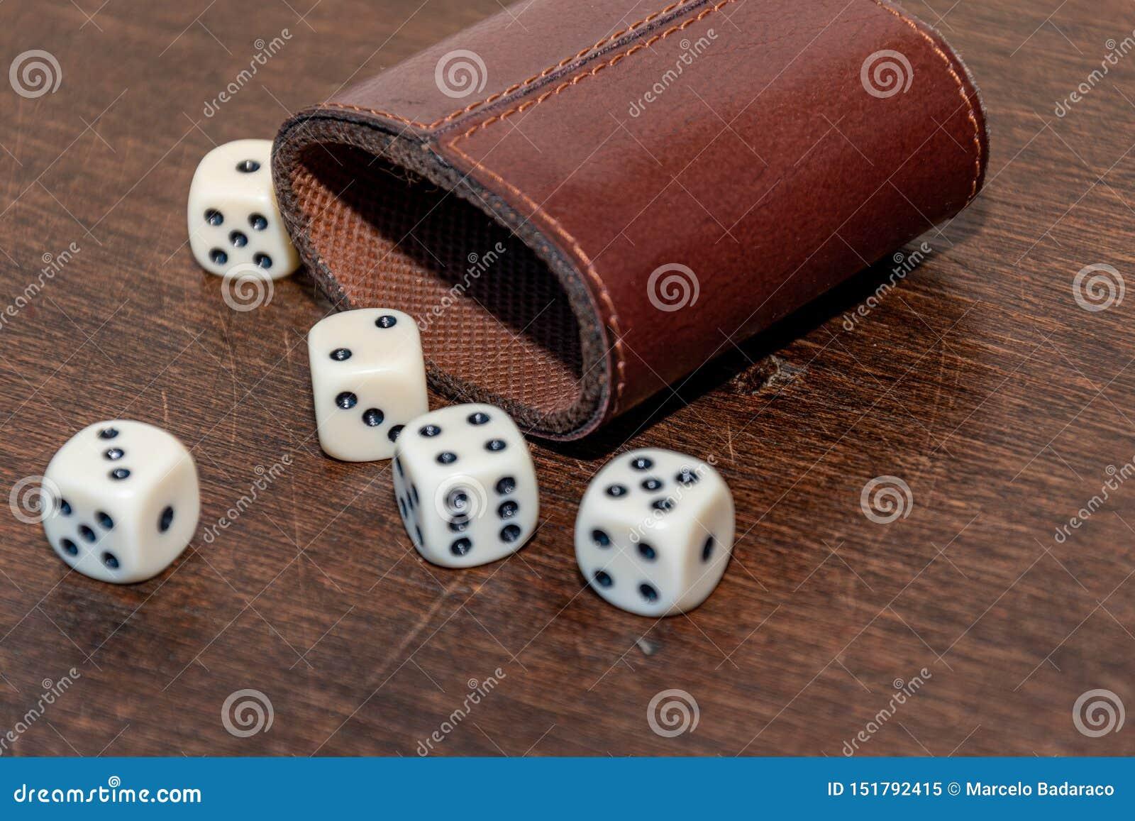 Bardzo popularna gra z kostkami do gry w pokoju lub w domu