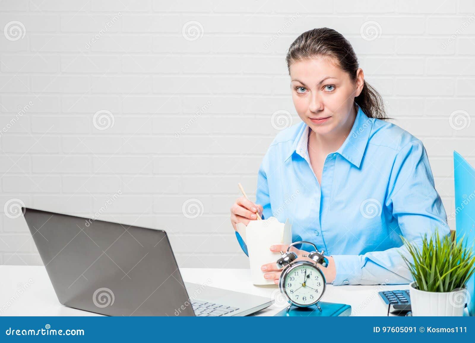 Bardzo ruchliwie pracownik je kluski przy stołowym działaniem