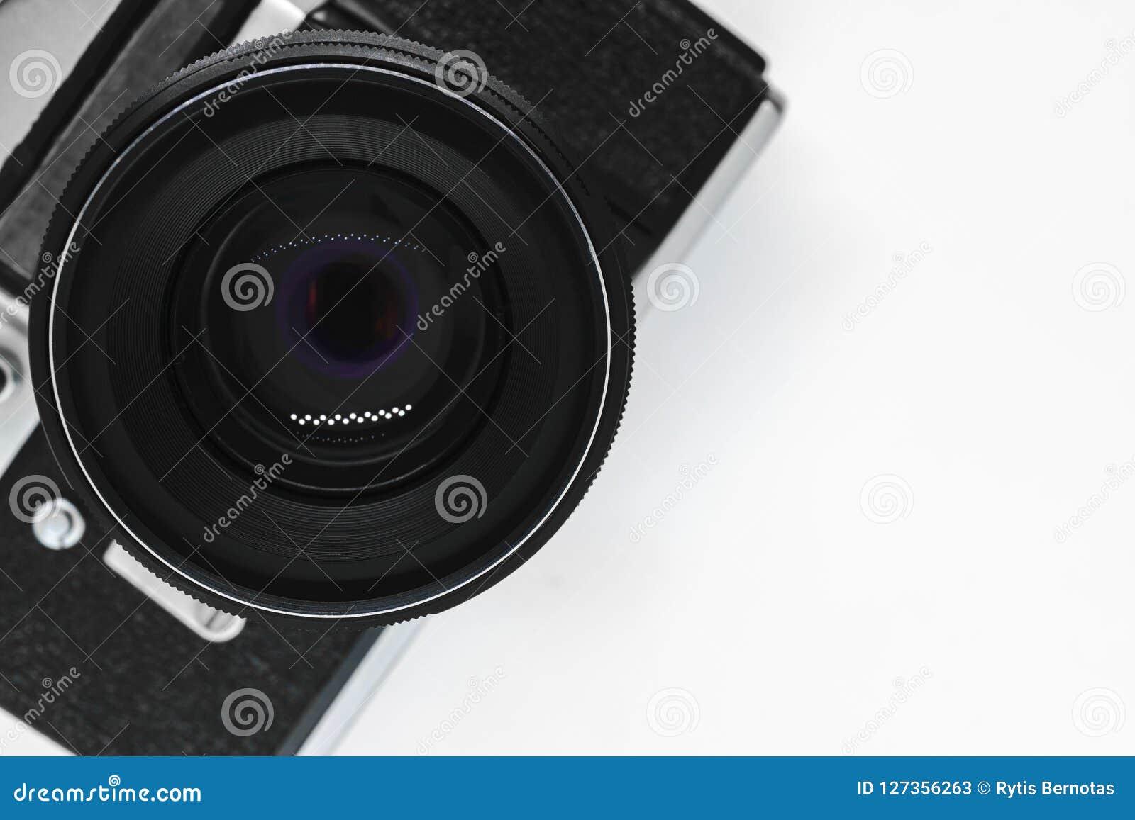 Bardzo stara rocznika SLR czerni fotografii kamera z czarnym obiektywu widokiem od wierzchołka z kopii astronautycznym i białym t