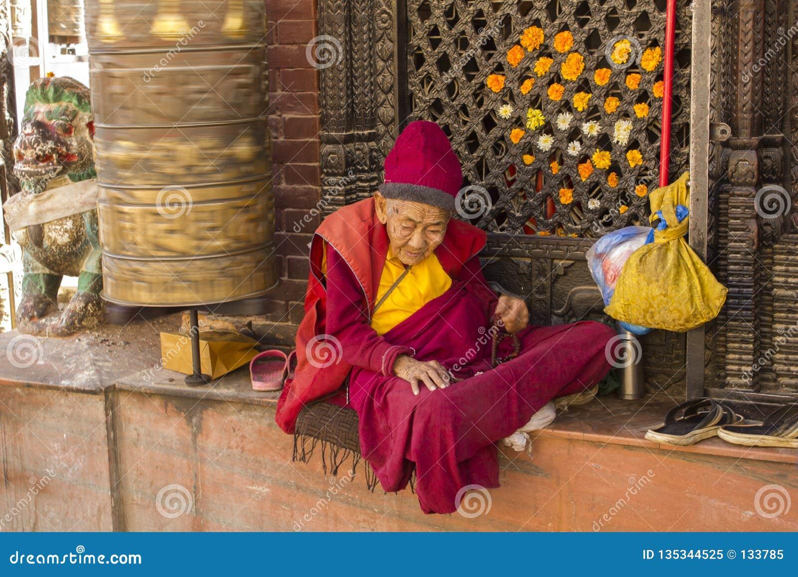 https://thumbs.dreamstime.com/z/bardzo-stary-tybeta%C5%84ski-mnich-buddyjski-w-czerwieni-i-koloru-%C5%BC%C3%B3%C5%82tego-ubraniach-siedzi-blisko-p%C5%82odozmiennego-modlitewnego-135344525.jpg