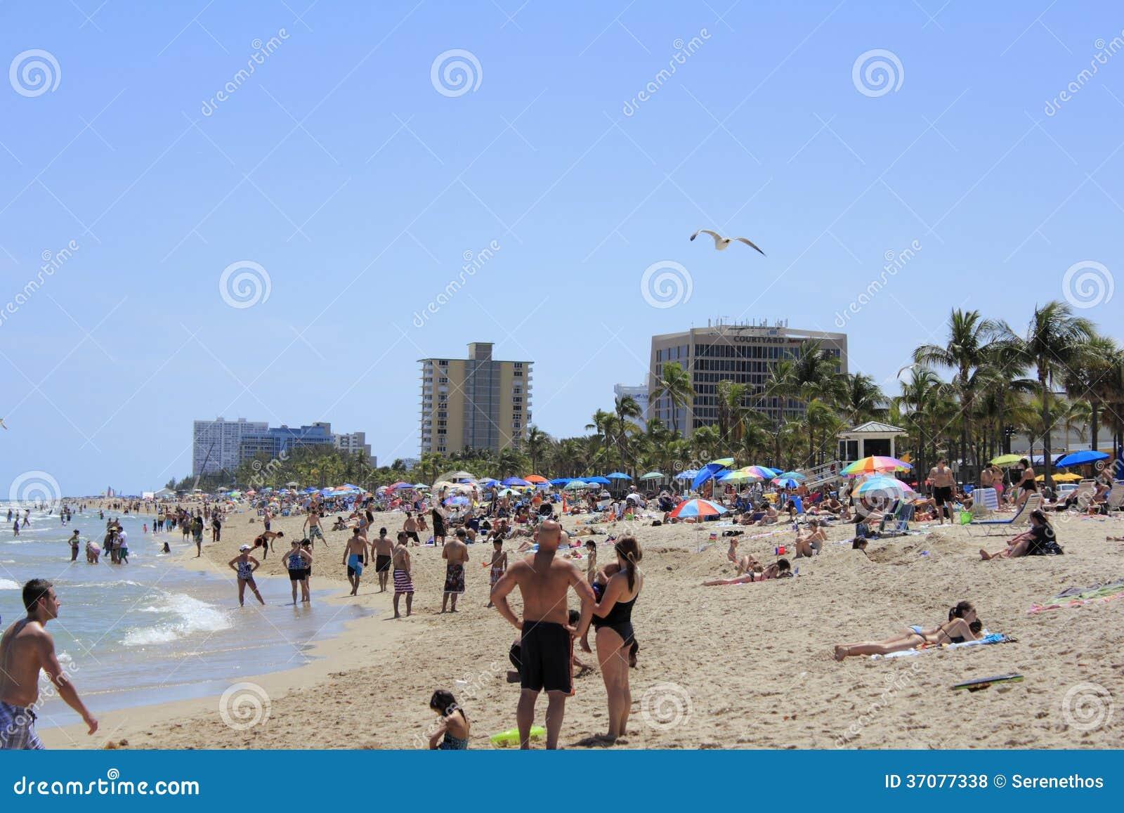 Download Bardzo Zatłoczona Lasów Olas Plaża Zdjęcie Stock Editorial - Obraz złożonej z przerwa, gorący: 37077338