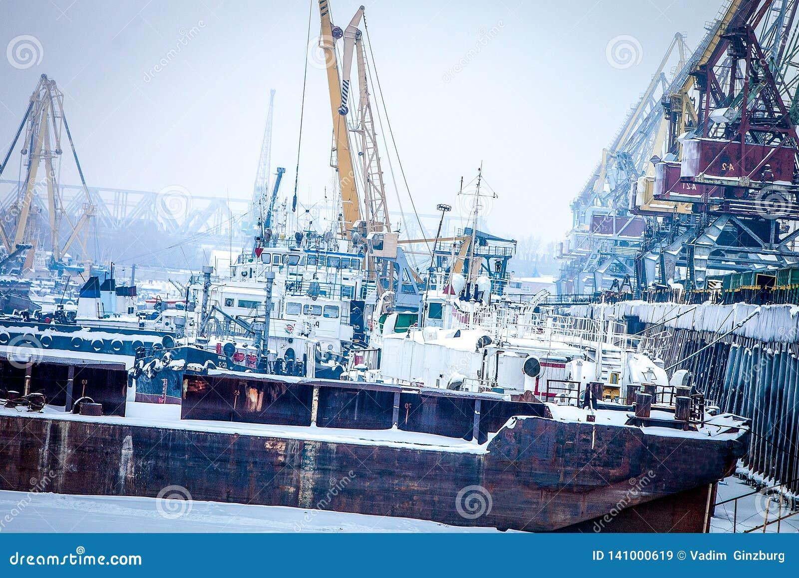 Barge adentro el puerto del cargo en el invierno