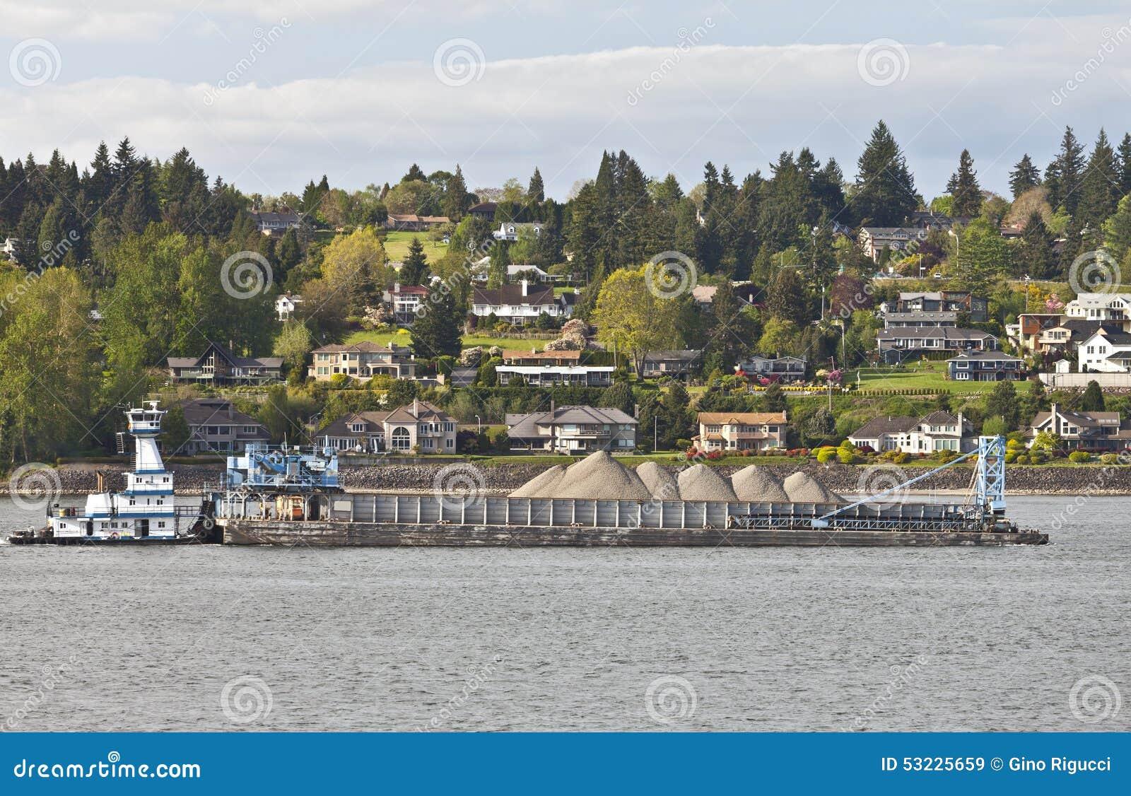 Barge empujando su cargo en el río Columbia Oregon