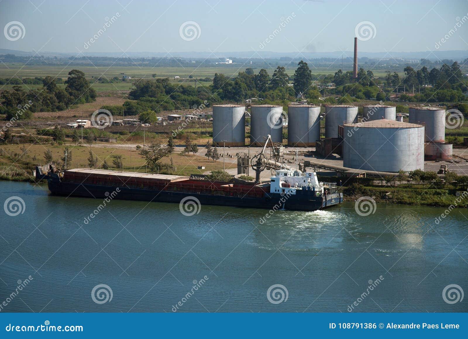 Barge la carga en un terminal en el puerto de pelotas vascas