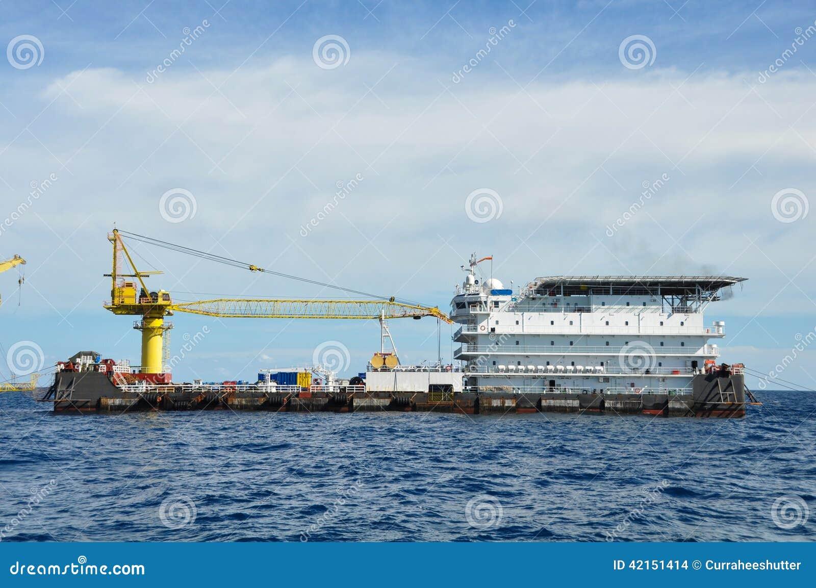 Barge y tire del barco en el mar abierto, de la plataforma de petróleo y gas en el golfo o el mar, de la energía mundial, del ace