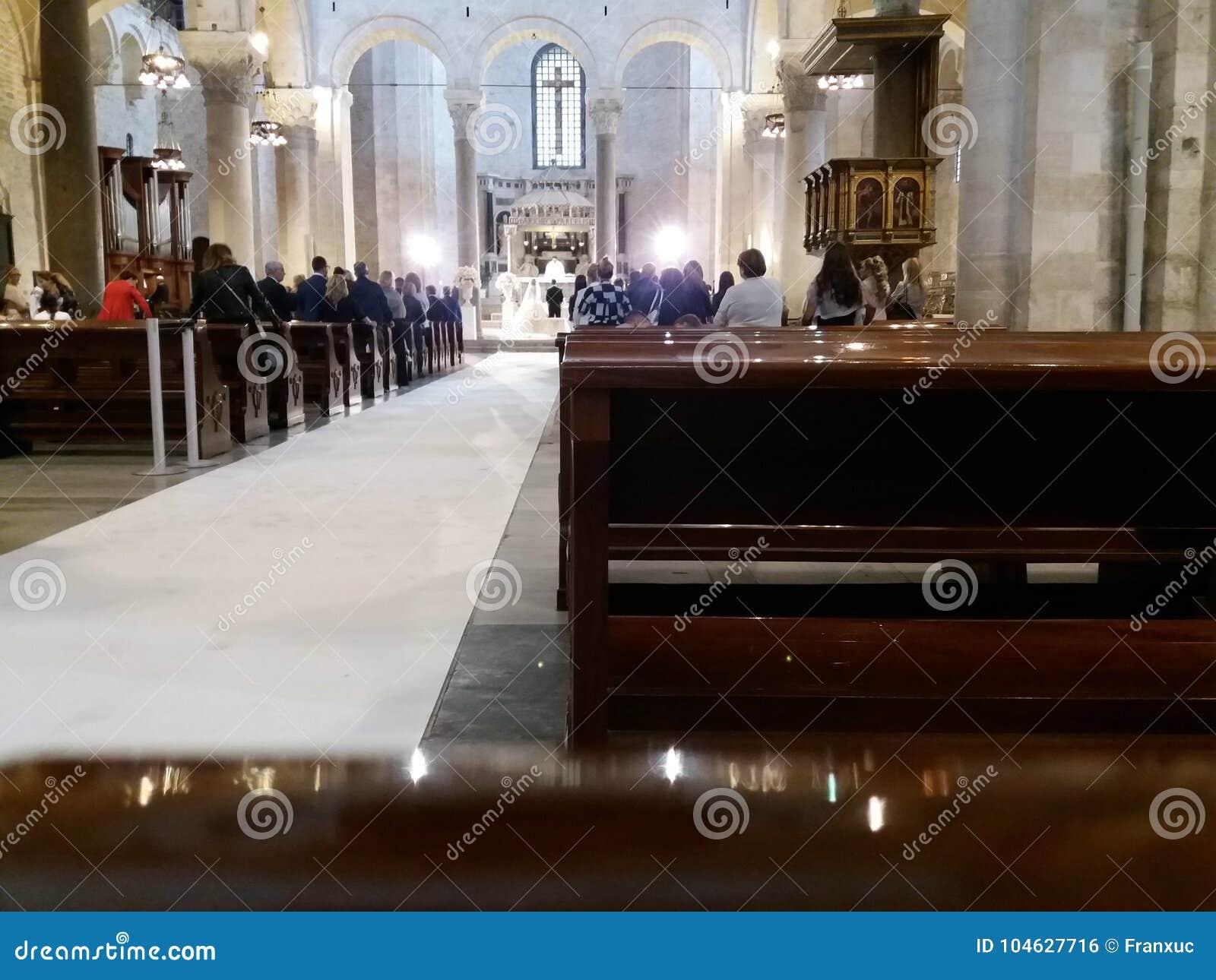 Download Bari, Zuid-Italië, Basiliek Van San Nicolas, 29-09-2017: Echtpaar Om Kerkhuwelijk Te Vieren Redactionele Foto - Afbeelding bestaande uit italië, bari: 104627716