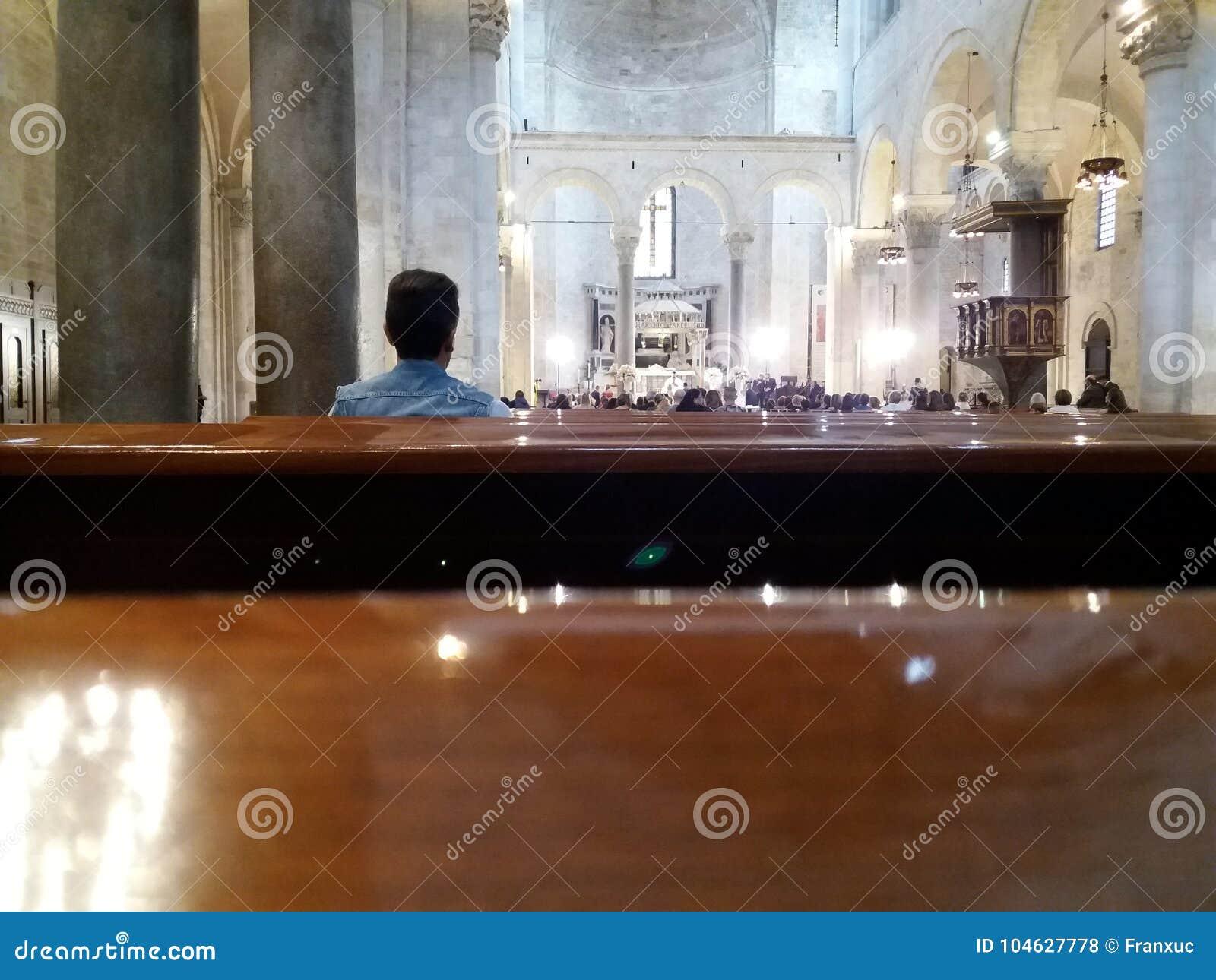 Download Bari, Zuid-Italië, Basiliek Van San Nicolas, 29-09-2017: Echtpaar Om Kerkhuwelijk Te Vieren Redactionele Stock Foto - Afbeelding bestaande uit bari, kathedraal: 104627778