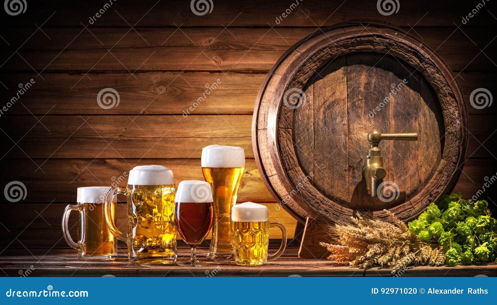 Baril de bière d Oktoberfest et verres de bière