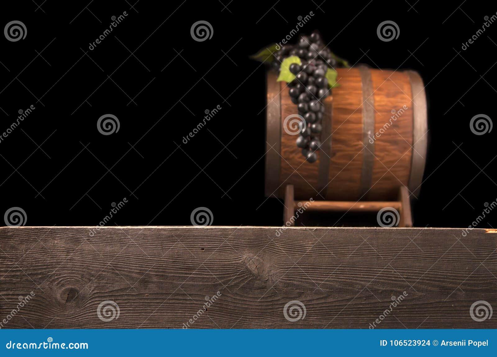 Baril en bois brouillé rustique sur un fond de nuit