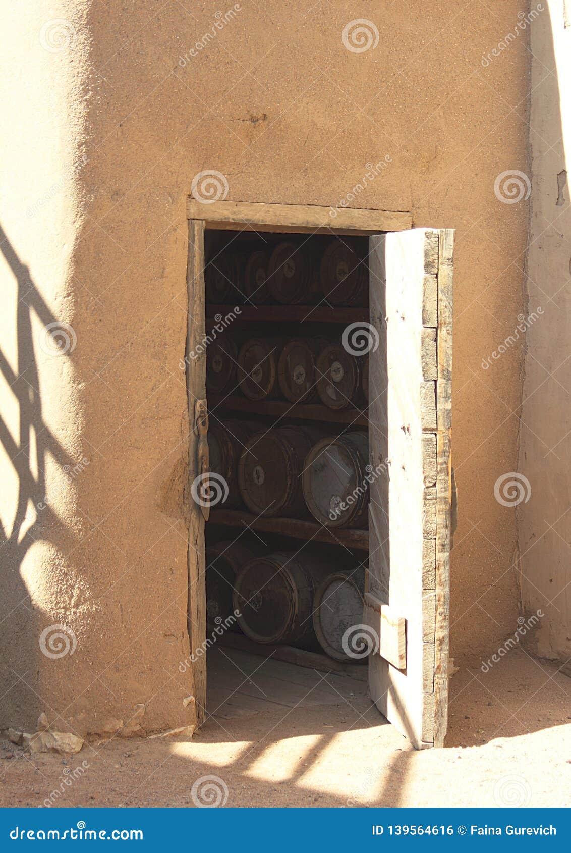 Barilotti in una cantina attraverso la porta della cantina