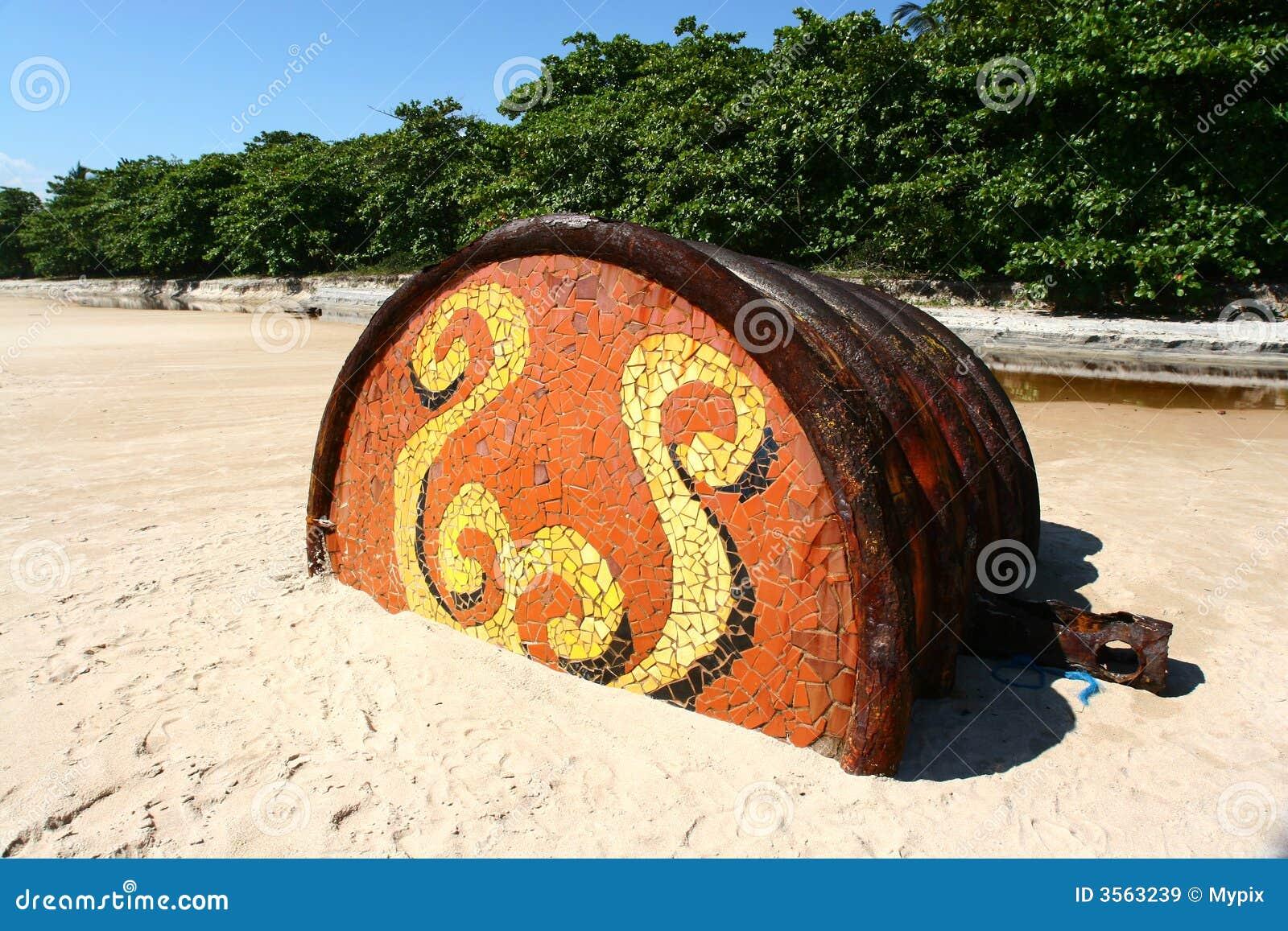 Barilotto arrugginito sulla spiaggia tropicale