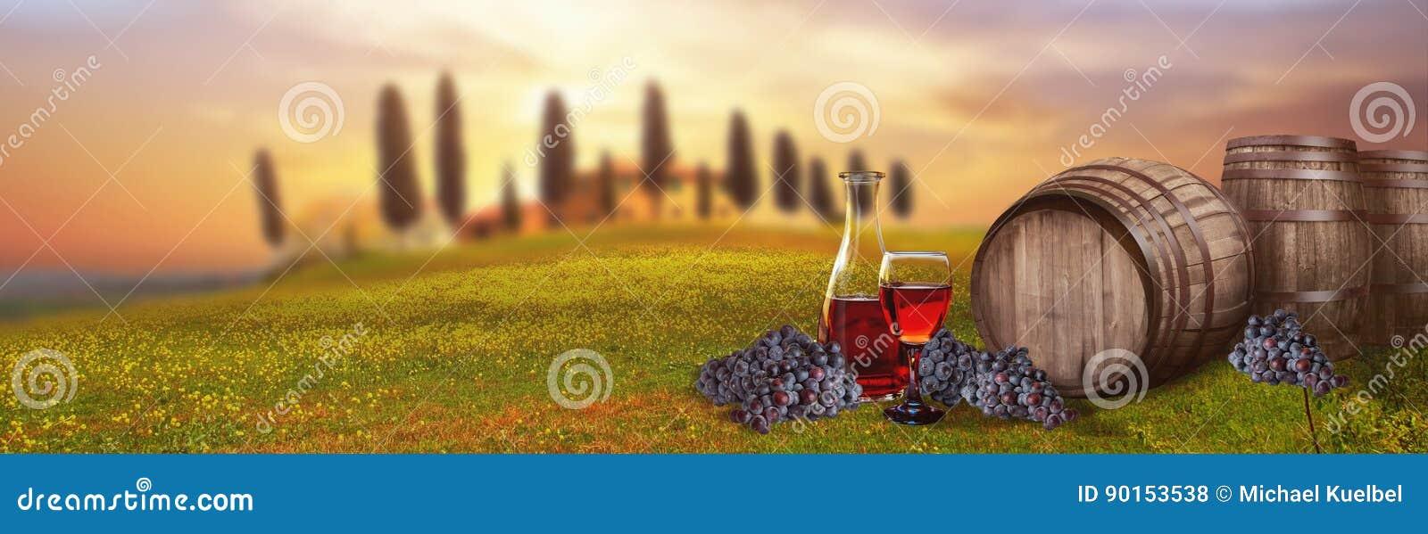 Barilotto del vino rosso contro paesaggio toscano Italia