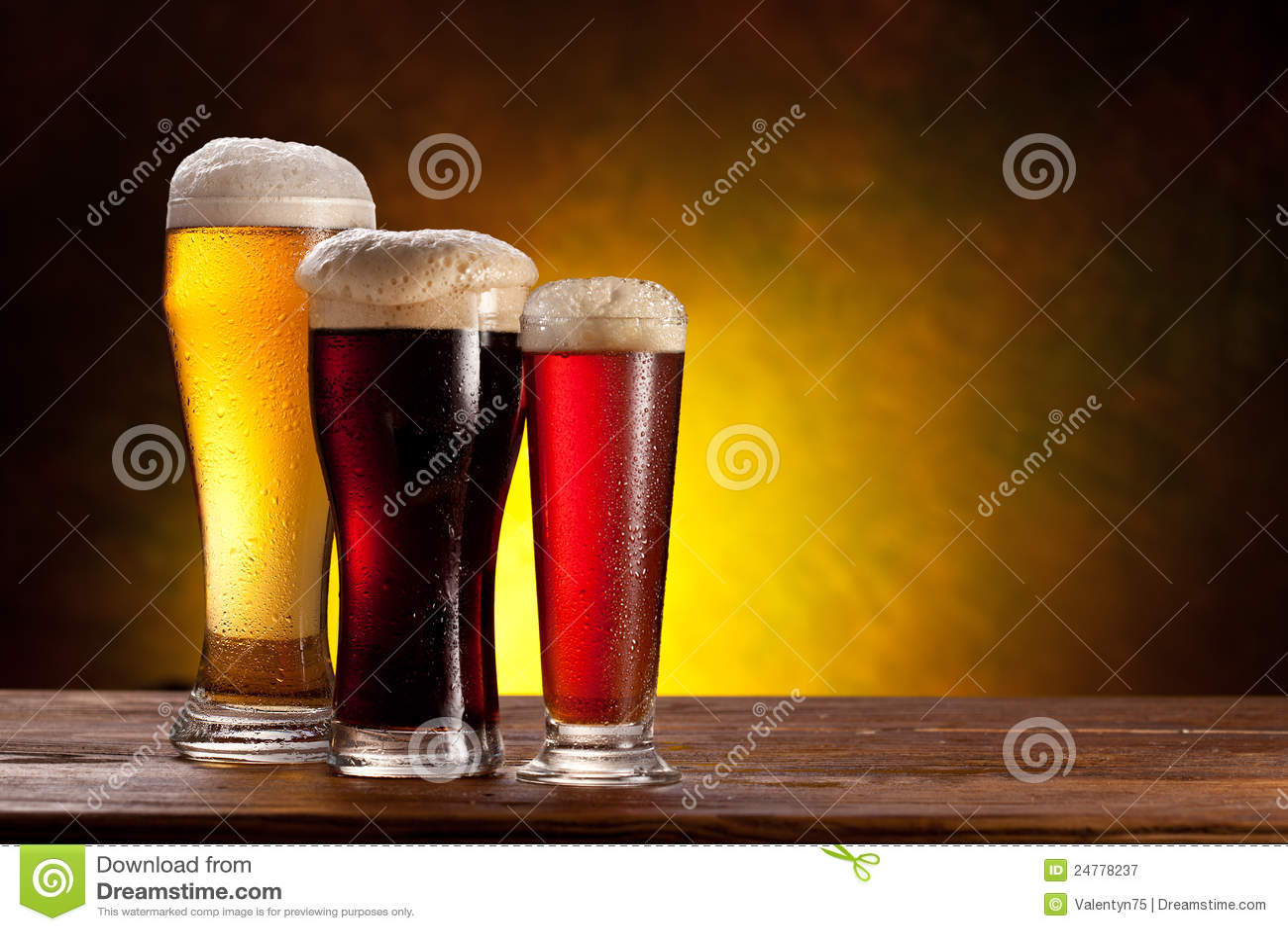 Barilotto di birra con i vetri di birra su una tabella di legno.