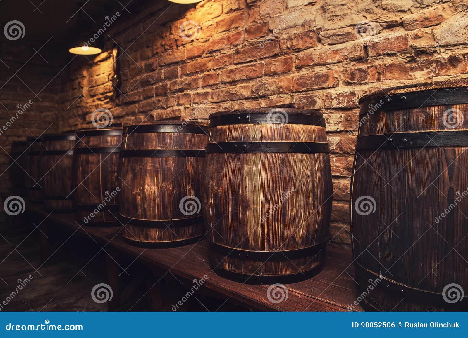 Barils dans la cave
